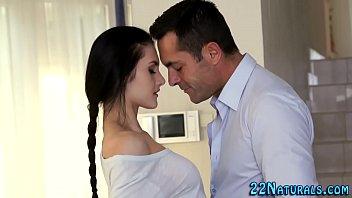 Novinha beijando seu tio e fazendo um porno intenso