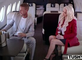 Uma foda gostosa loirona de luxo fodendo no avião